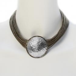 Collier en fil de lin boisé et doté d'un pendentif en métal martelé Roxane