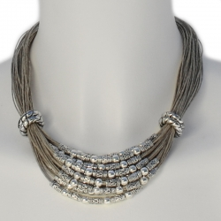 Collier multi-rangs en lin doté de jolies perles et ornements en métal Leonie
