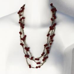 Collier sautoir en lin brun orné de perles couleur rubis Maya