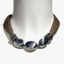 Gros collier ethno-chic avec perles en métal